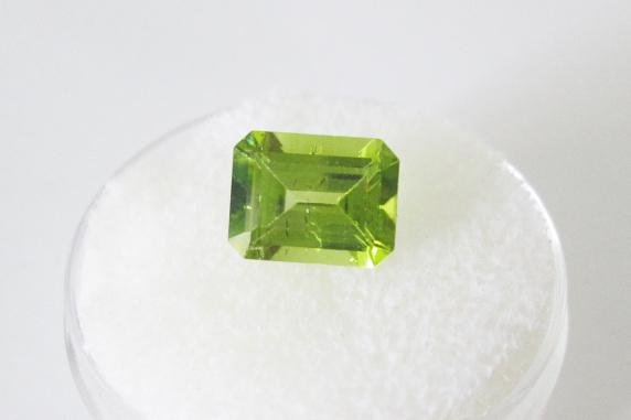 peridot 9x7mm emerald cut 2.40cts