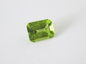 peridot 9x7mm emerald cut 2.40cts